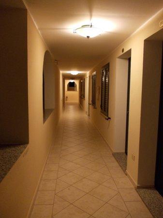 Hotel & Residence Cala Liberotto: il corridoio al piano terra