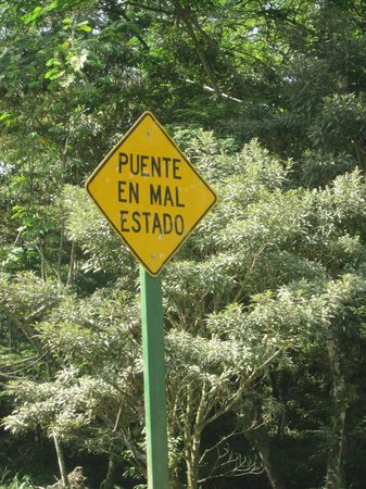 La Anita Rainforest Ranch: Caution sign en route to the farm