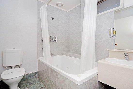 Legends Motel: Bathroom