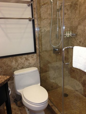 The Royal Hawaiian, a Luxury Collection Resort: Small Bathrooms with Shower