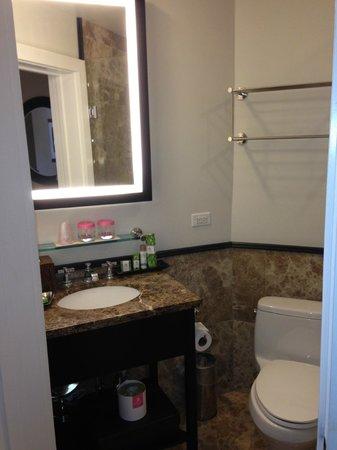 The Royal Hawaiian, a Luxury Collection Resort: Small Bathrooms
