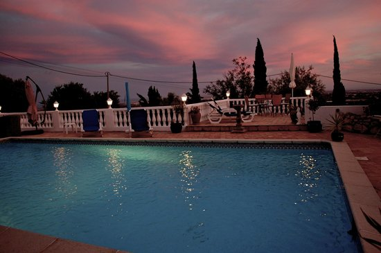 Winniehill Bed & Breakfast : sunset at the poolside