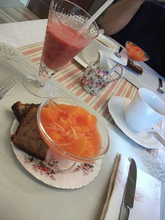 Silken Retreat: Breakfast...smoothie, fresh fruit & banana bread