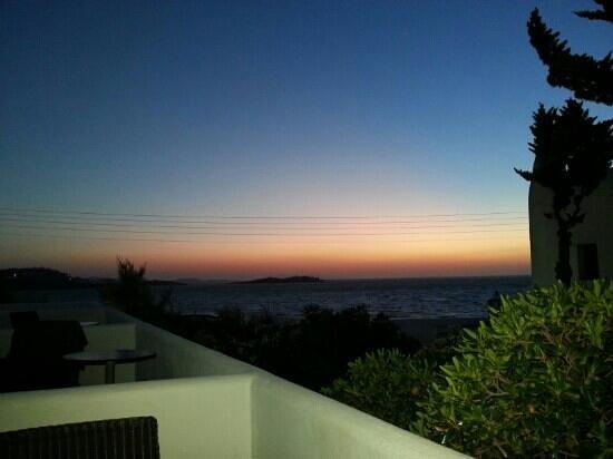Poseidon Hotel - Suites: η θέα του ηλιοβασιλέματος από το μπαλκόνι μας