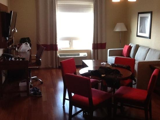 Four Points by Sheraton Calgary Airport: Executive Suite Living Room