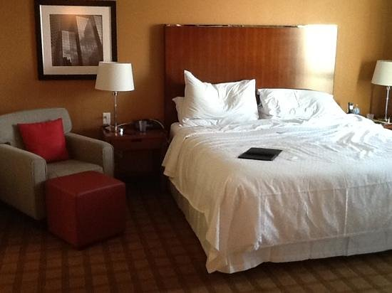 Four Points by Sheraton Calgary Airport: Executive Suite Bedroom