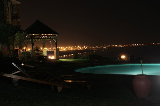 Brookes Hill Suites : Vista Nocturna Piscina