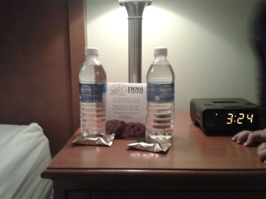 Service Plus Inns & Suites Calgary: I loved the complimentary water and cookie treats