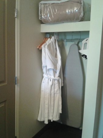Service Plus Inns & Suites Calgary: Bathrobes were a nice touch