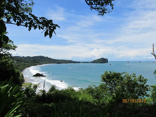 Arenas del Mar Beachfront & Rainforest Resort: Public Beach Below Hotel