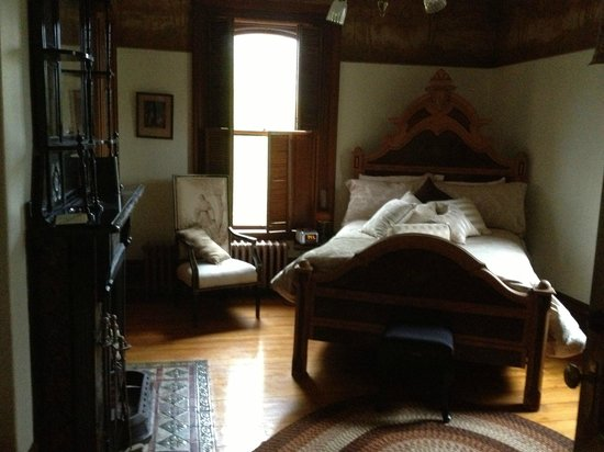 The Clockmakers Inn : Stately, comfortable bedrooms. Every room is a winner.