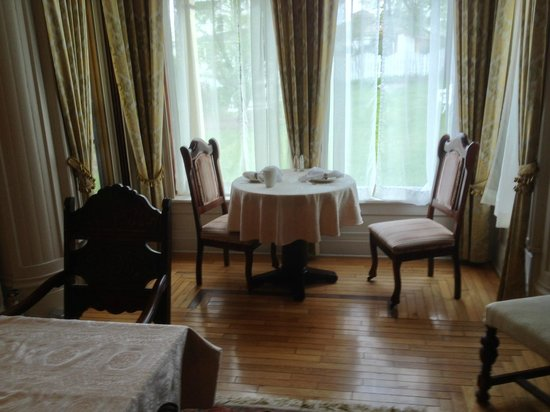 The Clockmakers Inn : An actual breakfast nook. One of 2 very nice dining areas.