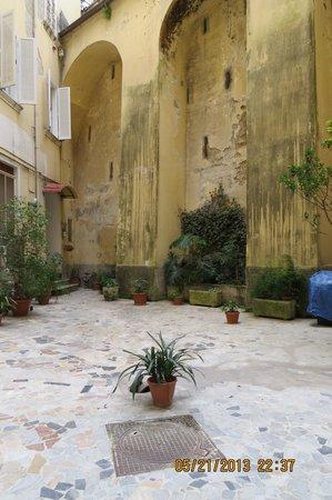B&B Casa Tonia: Groundfloor courtyard leading to apartment