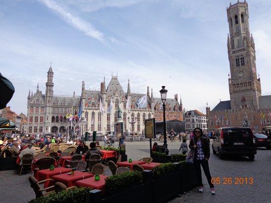 Hans Memling Hotel : Plaza principal a 2 cuadras
