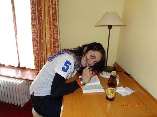 Hans Memling Hotel: Escritorio y minimar dentro de la habitación