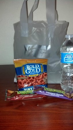 Holiday Inn Express Hotel & Suites: Goody/Snack Bag