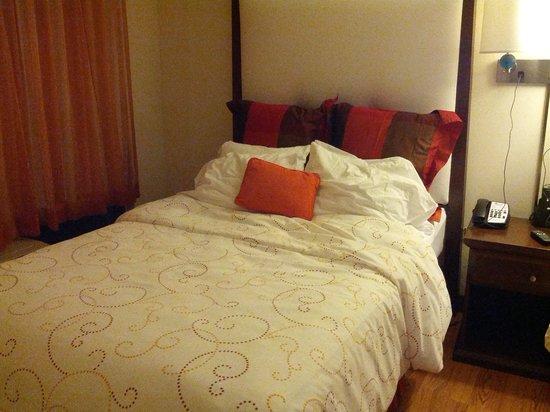 Hotel Indigo Chicago - Vernon Hills : Indigo hotel bed