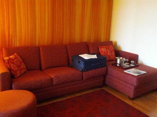 Hotel Indigo Chicago - Vernon Hills : Couch area