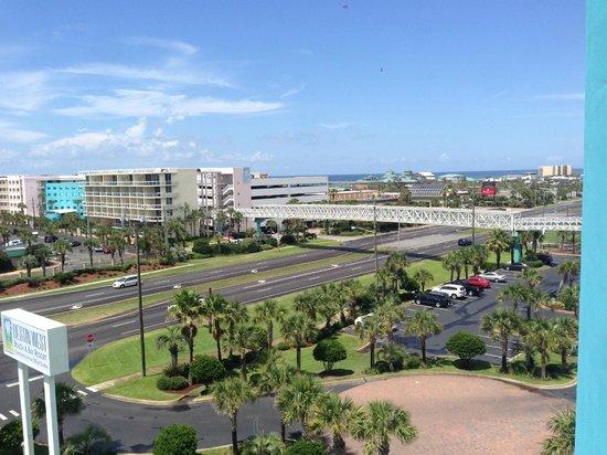 Destin West Beach and Bay Resort: Skybridge between beach and bay sides.