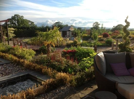 Grosvenor Pulford Hotel & Spa: Fab gardens next to Spa