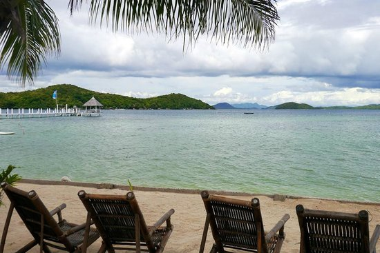 Coral Bay Beach & Dive Resort: Beach front and dock