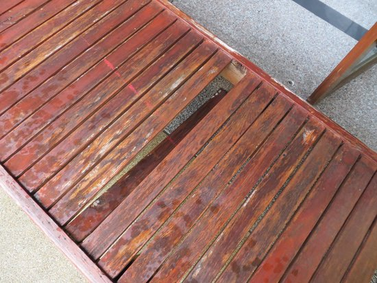 Prince Edouard Apartments & Resort: Rotted wooden deck chair