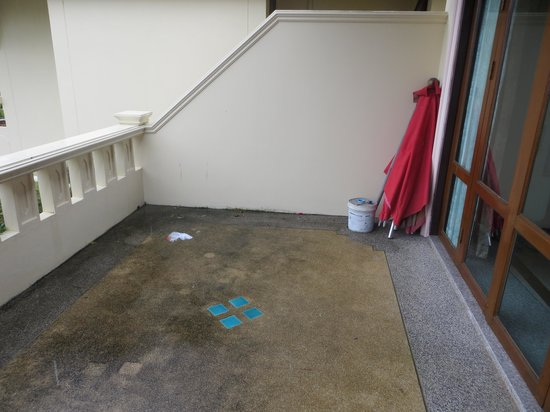 Prince Edouard Apartments & Resort: Slippery, mouldy balcony used tissue paper, cement filled paint tin umbrella stand