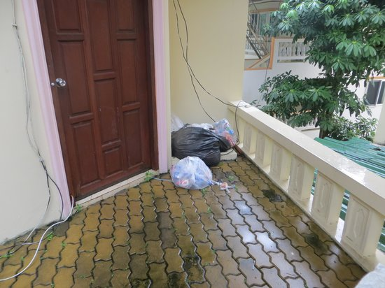 Prince Edouard Apartments & Resort: Exposed wiring, uncollected garbage filth