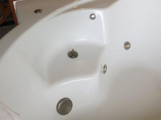 Prince Edouard Apartments & Resort: Dangerous spa fitting