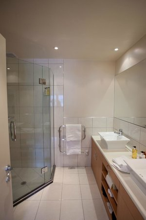 Lakeside Apartments: Ensuite Shower Room