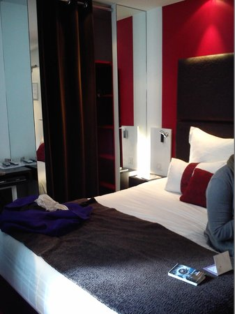 Grand Hotel Saint-Michel: Triple room - double bed; closet is behind the curtain