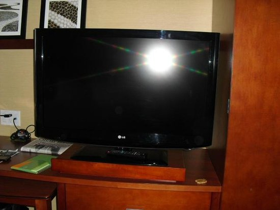 Courtyard by Marriott Calgary Airport : TV in room