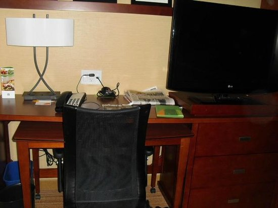 Courtyard by Marriott Calgary Airport: Desk Area