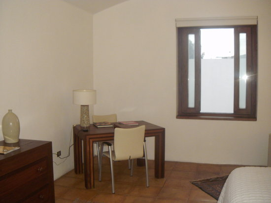 Casareyna Hotel: Escritorio y ventana con vista al patio trasero.