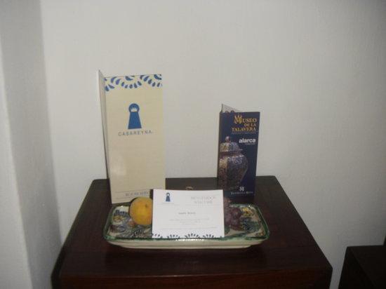 Casareyna Hotel: Fruta y tarjeta de bienvenida.