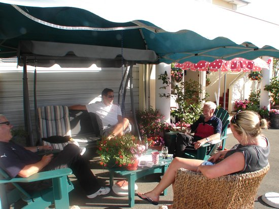 Boutique Motel Nelson: Guests enjoying the Nelson summer at the Boutique Motel.