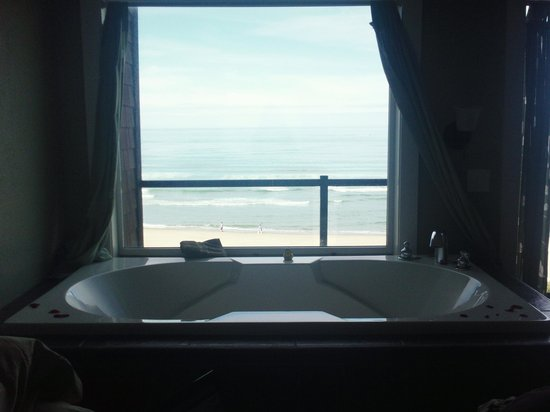Starfish Manor Oceanfront Hotel: Beautiful Jacuzzi tub facing the ocean