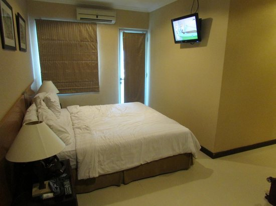 Galeri Ciumbuleuit Hotel & Apartment: Master bedroom (King-sized bed)