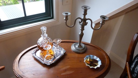 Merridy's at Morpeth Bed and Breakfast : Silver room - complimentary port and choccies