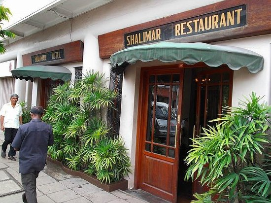 Shalimar Hotel: ホテル玄関(渋い風情)