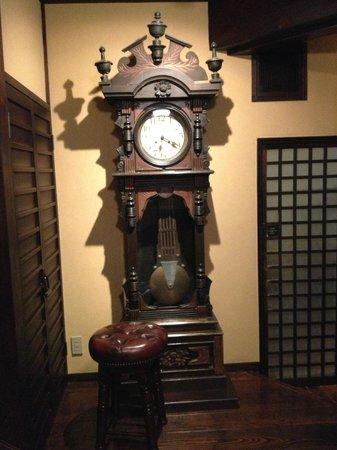 Kadoya Ryokan: Nostalgic clock