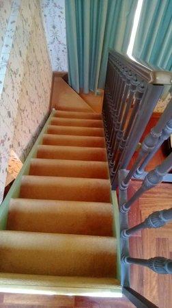 Villa Del Bosco Hotel: лестница из спальни в ванную