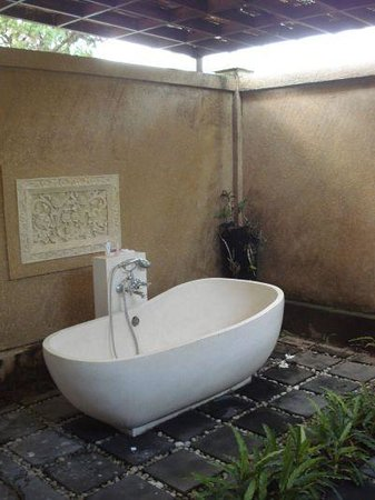 Sukun Bali Cottages: Outside bath tub