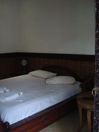 Sukun Bali Cottages: Bed in the (dark) room