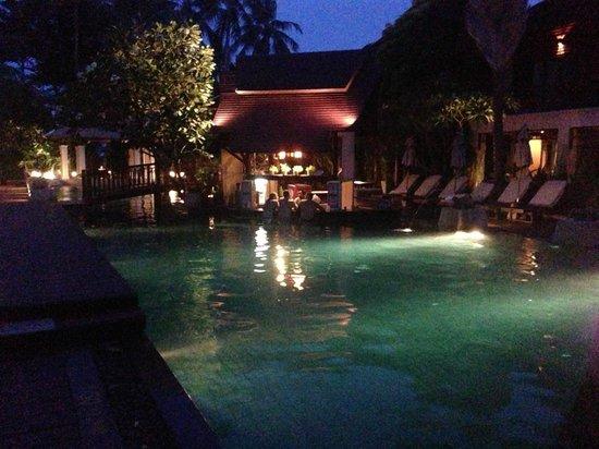Chaweng Regent Beach Resort: ここのプールは少々深くて子供はあまり来ないのでゆっくり出来ます。バーカウンターもあります。7席あります。