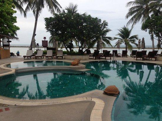 Chaweng Regent Beach Resort: 子供連れならこちらのプールになるでしょう。バスタオルも無料で貸し出すカウンターもあります。