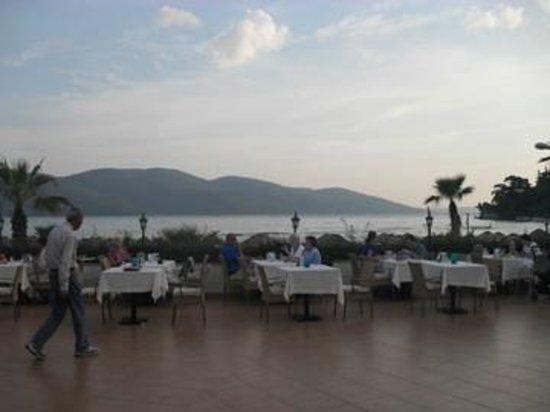 Yucelen Hotel Gokova: zo zag het er uit als we gingen ontbijten en dineren. kan het mooier?