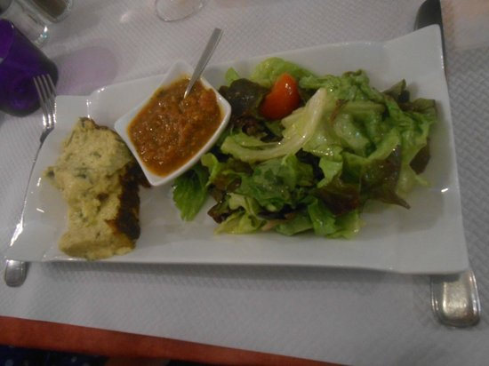 Auberge Bastide Neuve: entrée flan de courgette salade. Très bon