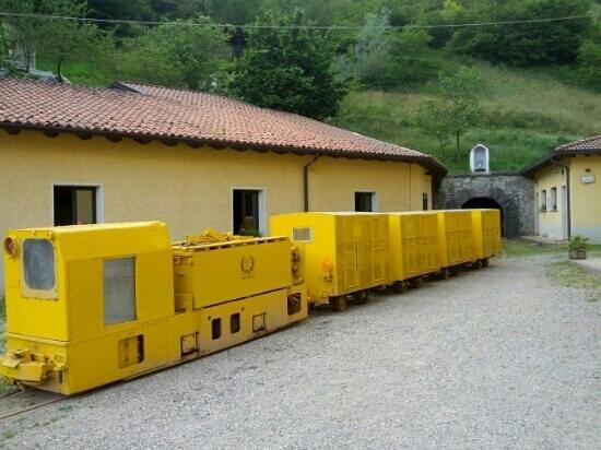 Miniera di Pezzazze: Trenino con cui si entra in miniera :))