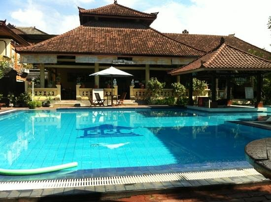 Bakungs Beach Hotel: pool and resteraunt